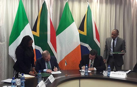 Minister of State Cannon and South African Deputy Minister of International Relations and Cooperation, Mr Luwellyn Landers, sign delcaration of cooperation